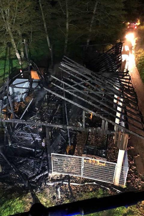 Der Dröschischopf ist am Samstag komplett niedergebrannt.  | Foto: Feuerwehr Lörrach