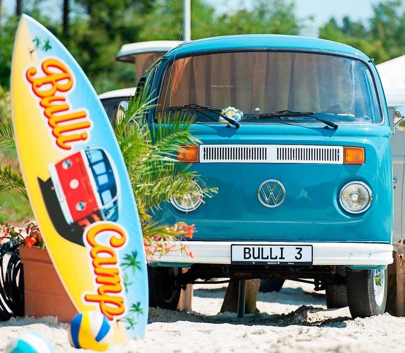Renaissance: VW-Bus auf einem Bulli-Camp   | Foto: Philipp Schul (dpa)