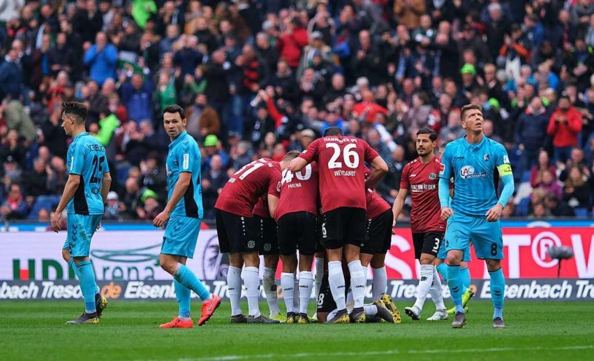 Hannover 96 freut sich über das dritte...urger Spieler wirkten eingeschüchtert.  | Foto: dpa