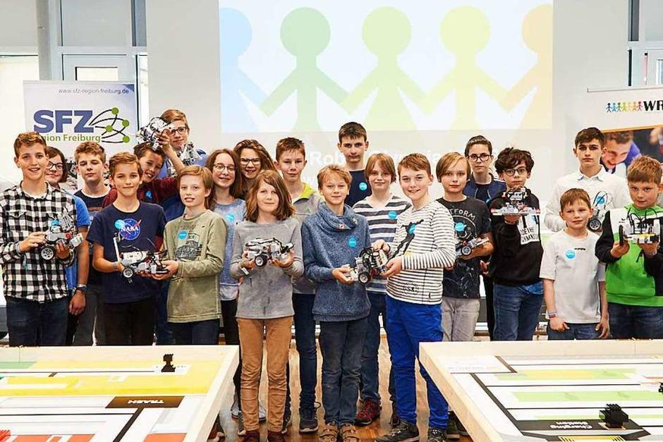 World Robot Olympiad in Waldkirch: Foto mit einem Großteil der Teilnehmer und ihren Roboterfahrzeugen. (Foto: Kai-Uwe Wudtke)