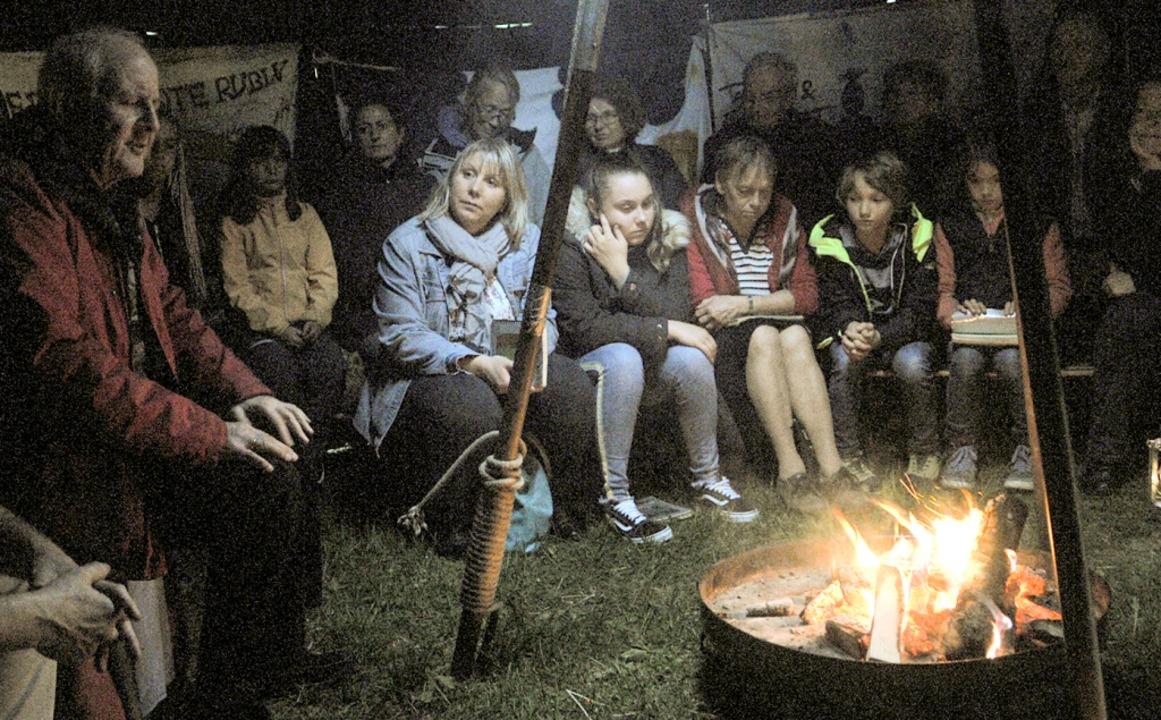 Am Lagerfeuer lauschten vor allem die ...chichten von Erzähler Gidon Horowitz.   | Foto: Ounas-Kräusel
