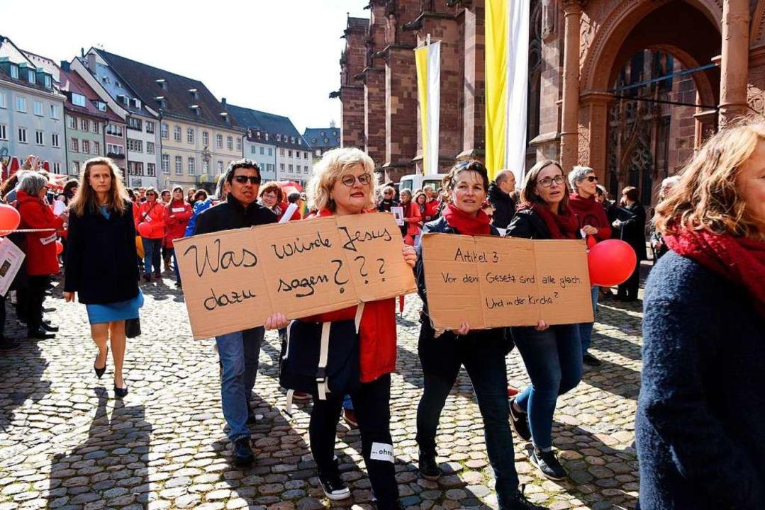 Katholikinnen demonstrieren nach der P...rechtigung in der Katholischen Kirche.  | Foto: Rita Eggstein