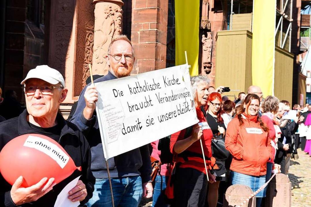 Katholikinnen und Katholiken demonstri...rechtigung in der Katholischen Kirche.  | Foto: Rita Eggstein