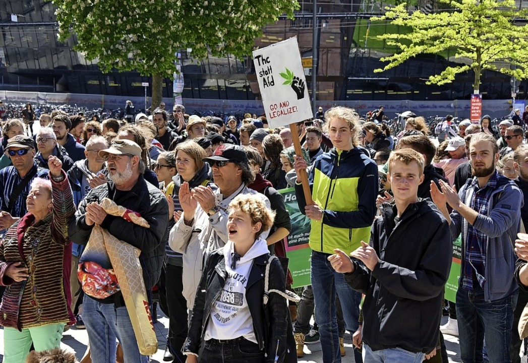 Nicht nur junge Menschen sind für  legales Haschisch.   | Foto: Rita  Eggstein