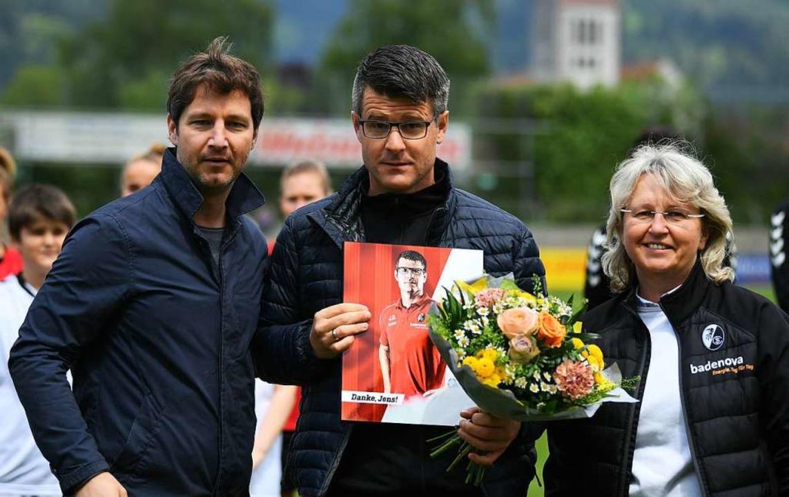 Jens Scheuer (Mitte)  wird verabschied...kräften Birgit Bauer und Jochen Saier.  | Foto: Patrick Seeger