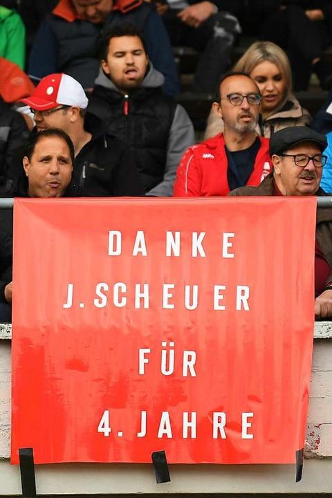Zuschauer bedanken sich bei Trainer Jens Scheuer.  | Foto: Patrick Seeger