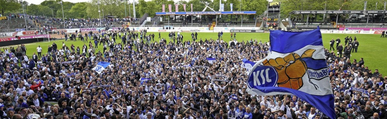 3500 mitgereiste Fans feierten mit ihrer Mannschaft in Münster den Aufstieg.   | Foto: Friso Gentsch (dpa)