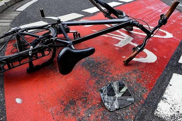 Radler stürzt bei Vollbremsung wegen Auto und bricht sich den Arm