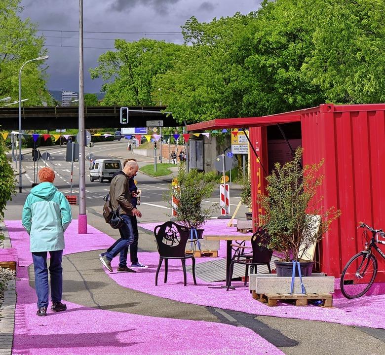 Der IBA-Container mit pinkfarbenem Tep...hnchen lud Passanten zum Gespräch ein.  | Foto: Ansgar Taschinkski