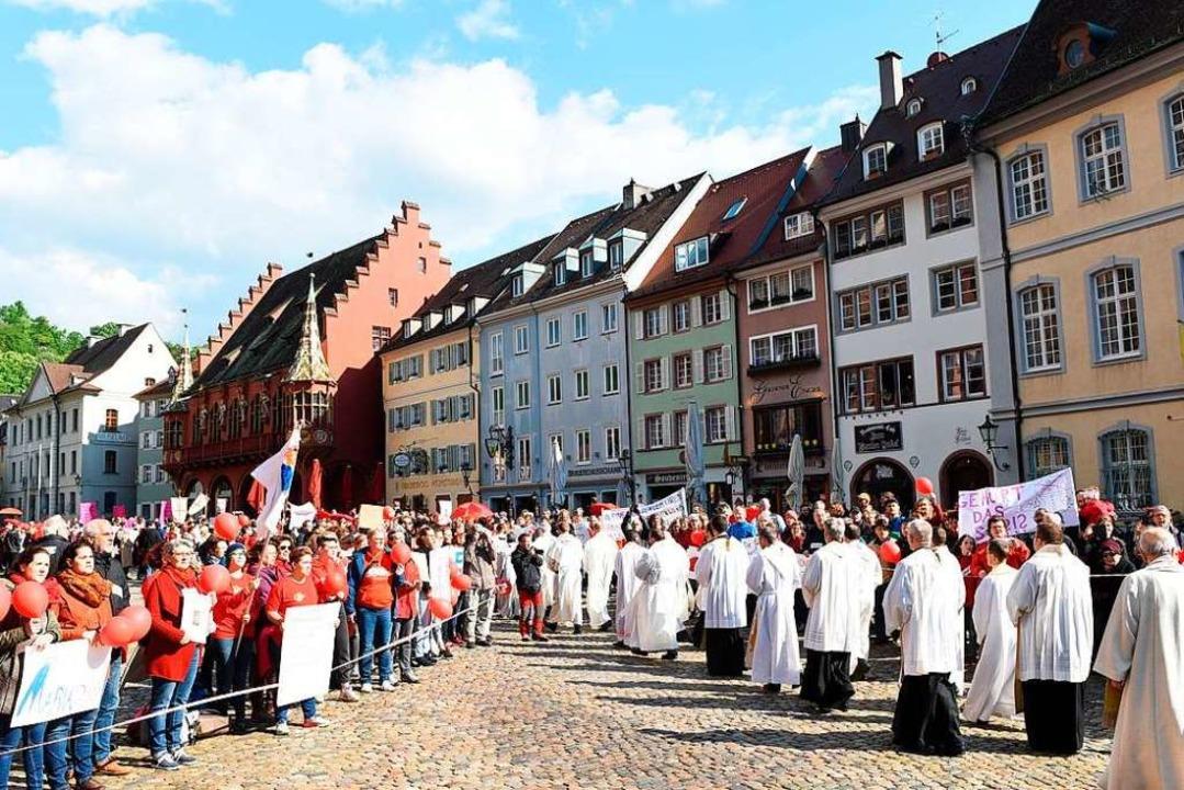 Rund 700 Menschen fanden sich auf dem Freiburger Münsterplatz ein.  | Foto: Rita Eggstein