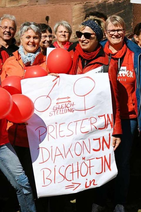 Die Demonstrantinnen und Demonstranten...n und Frau in der katholischen Kirche.  | Foto: dpa