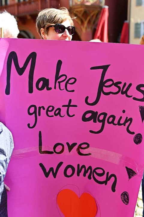 Die Protestteilnehmer fordern die kath...Weihämter auch für Frauen freizugeben.  | Foto: dpa