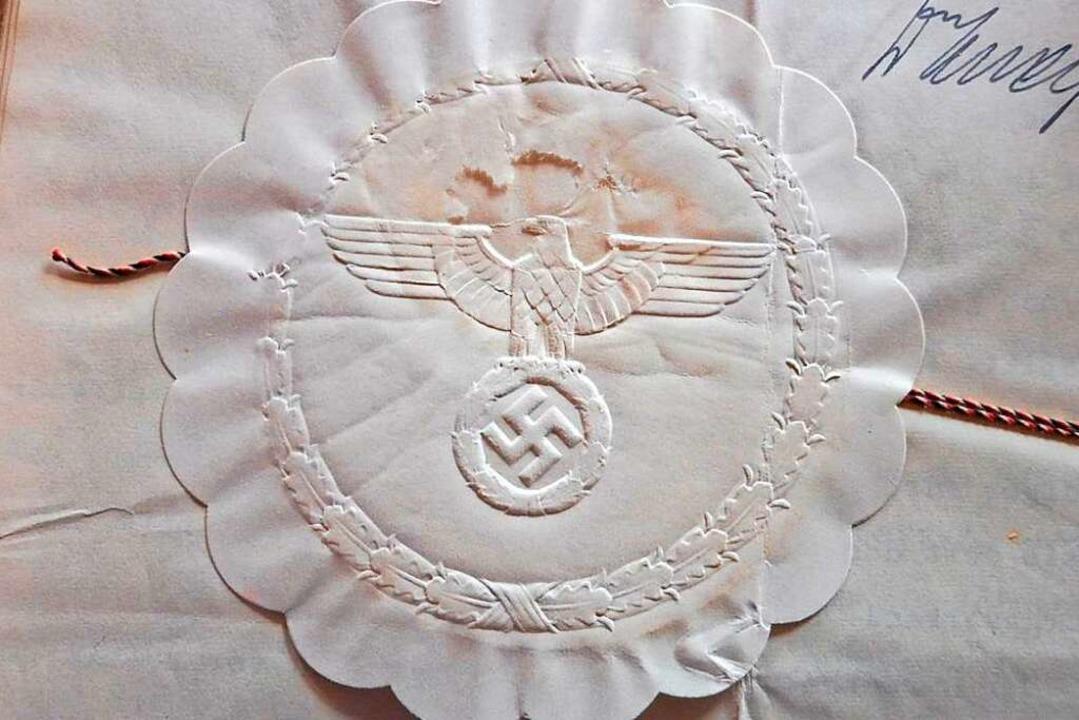 Bei seinen Recherchen ist Hansjörg Noe... Hier ein NS-Siegel auf einer Urkunde.  | Foto: Hansjörg Noe