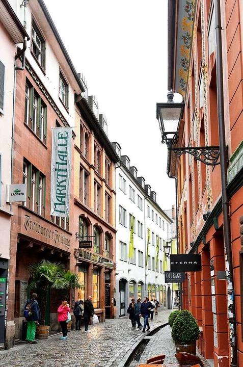 Der Schriftzug Freiburger Zeitung erin...noch an die frühere Nutzung der Räume.  | Foto: Thomas Kunz