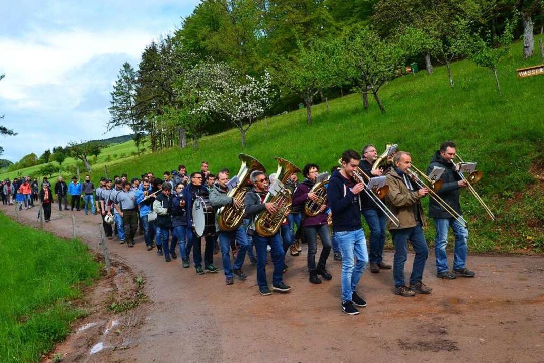 Der Musikverein Schweighausen marschiert ein für den festlichen Akt.  | Foto: Beate Zehnle-Lehmann