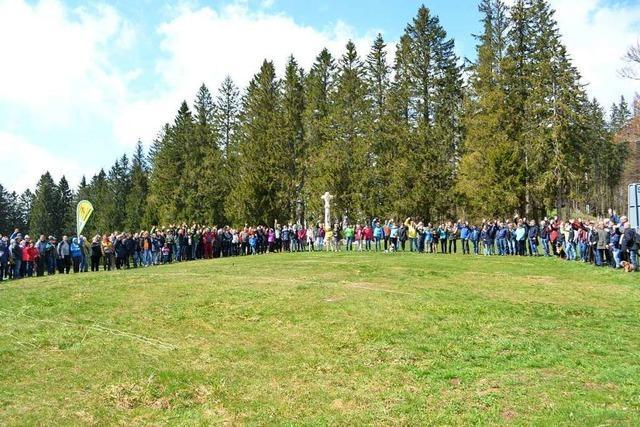 Menschenkette demonstriert gegen das Hotelprojekt in Todtnauberg