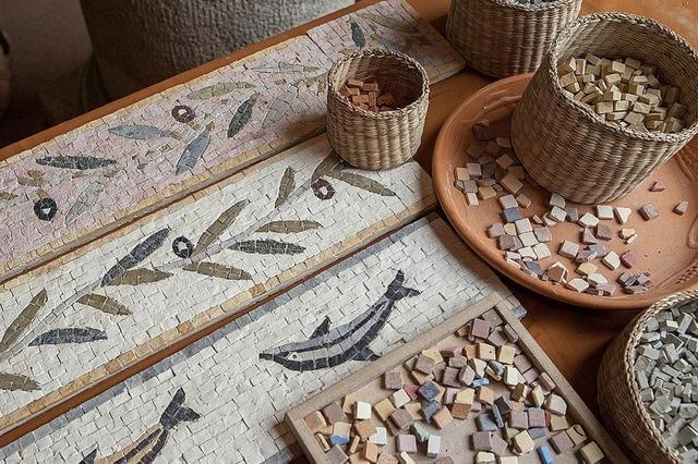 Aktionen wie Mosaiken herstellen für Sehbehinderte und Blinde am Museumstag in Augusta Raurica in Augst