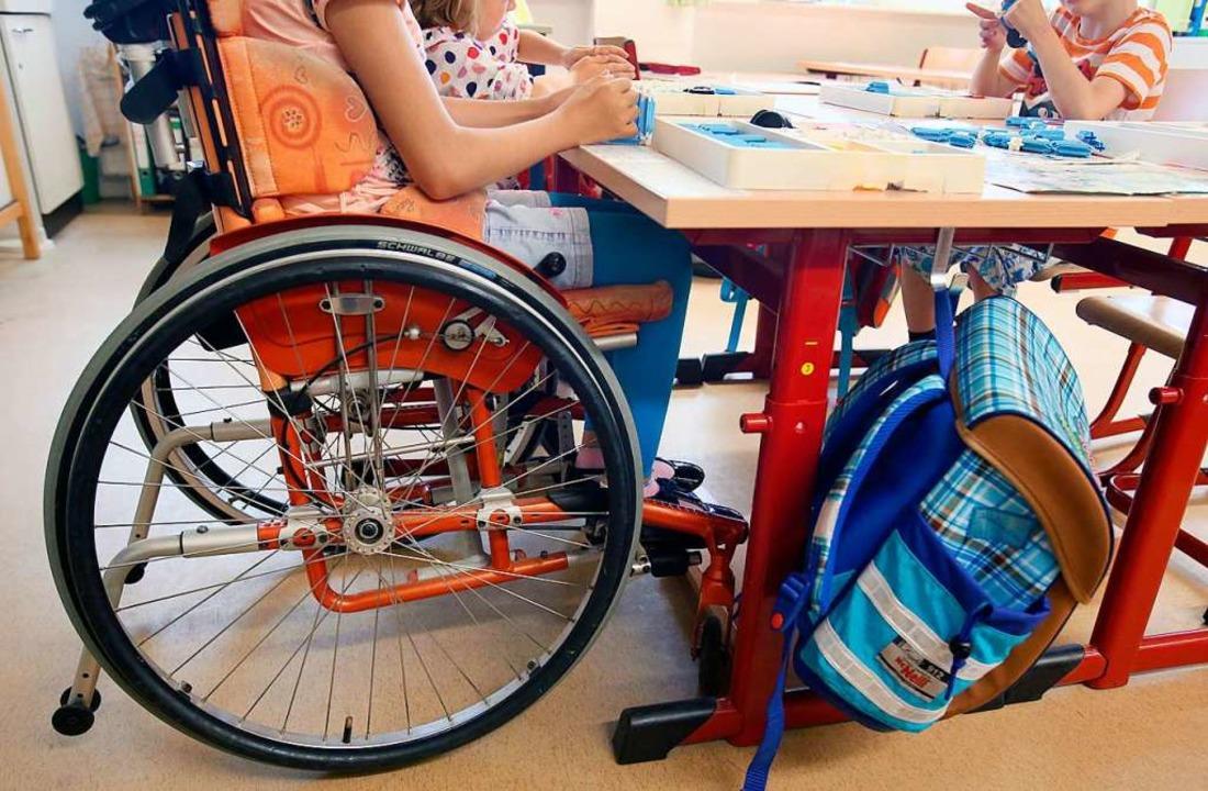 Eine behinderte Schülerin in der ersten Klasse   | Foto: Bernd Wüstneck/ZB (Dpa)