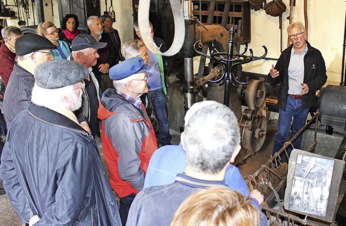 Geschichte zum Anfassen mit Schmiedenbesitzer  Georg Staudenmayer (rechts)     Foto: martin klabund