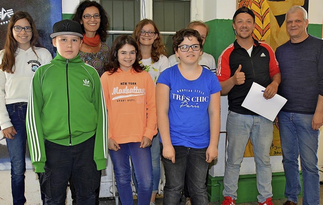 Jugendliche im Jugendhaus Wyhlen mit T..., dem Chef des Jugendhauses (rechts).   | Foto: D. Hirschberger