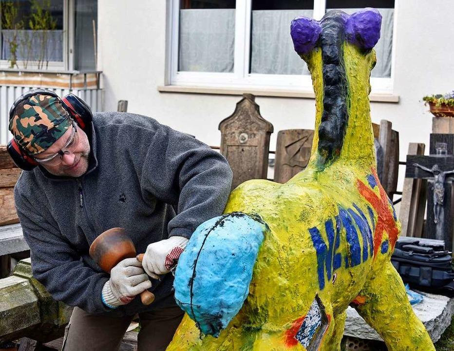 Steinmetz Michael Hellstern bei der Reinigung im März dieses Jahres  | Foto: Michael Bamberger