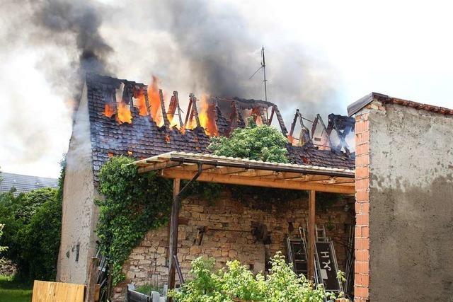 Wohnhaus und Scheune brennen