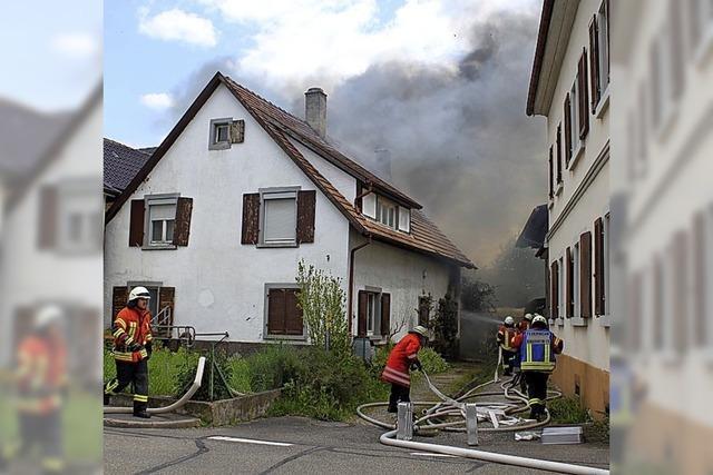 Wohnhaus und Scheune in Flammen