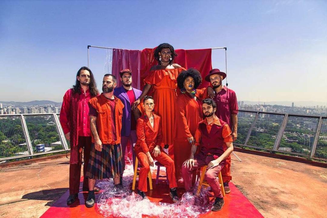 Queerer Soul aus Brasilien: Liniker Barros (hinten) und Os Caramelows  | Foto: Leila Penteado