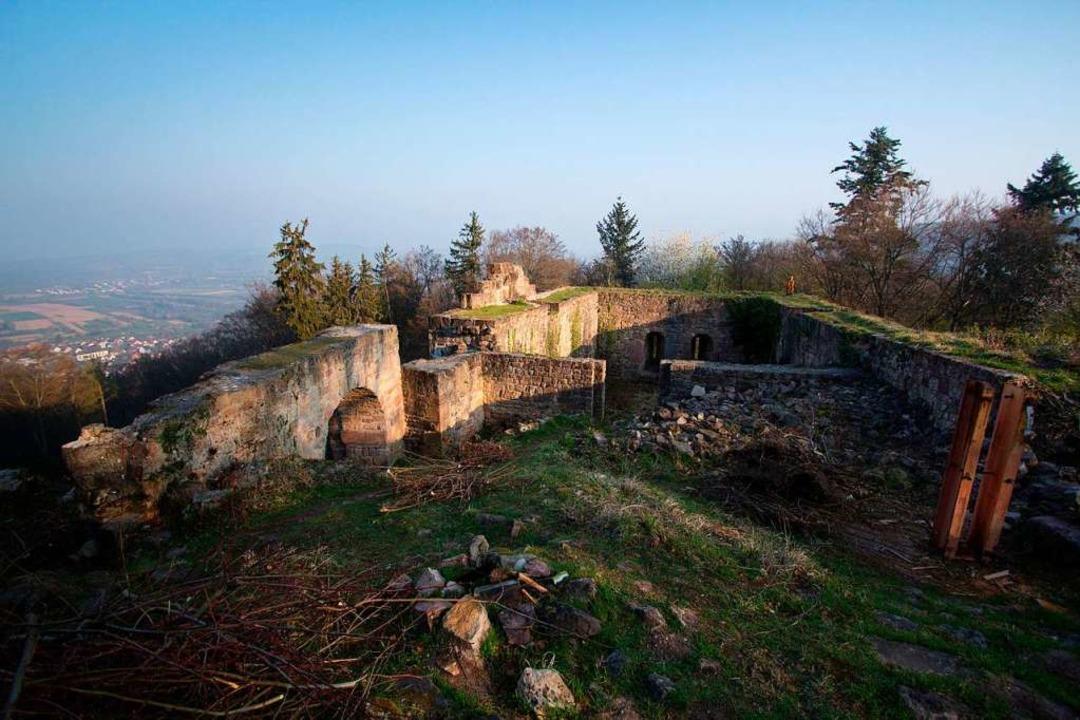 Die Kirnburg liegt auf einem Berg über Bleichheim.  | Foto: Patrik Müller