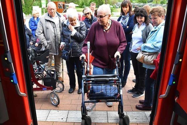 Menschen mit Rollator aus Gundelfingen üben das Ein- und Aussteigen in Bus und Bahn