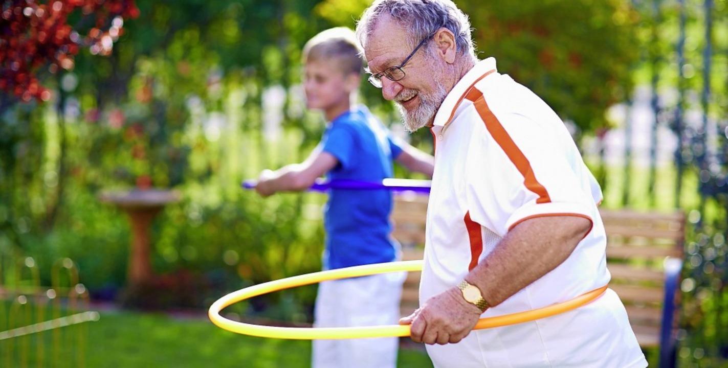 Bewegung mit dem Hula-Hoop-Reifenmacht...rwachsenenim fortgeschrittenen Alter.   | Foto: Zerocreatives/Westend61(dpa-tmn)