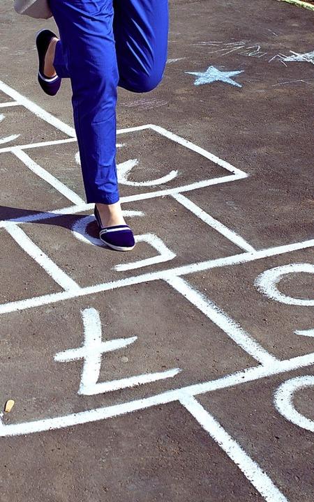 das Himmel-und-Hölle-Spiel übt das Gleichgewicht.  | Foto: Larisa - stock.adobe.com