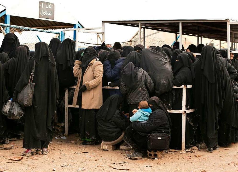 Frauen stellen sich für Hilfsgüter im Lager al-Hol in Syrien ein  | Foto: dpa