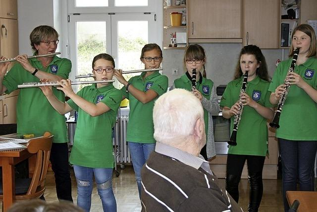 Junge Musikerinnen treten in der Tagespflege auf