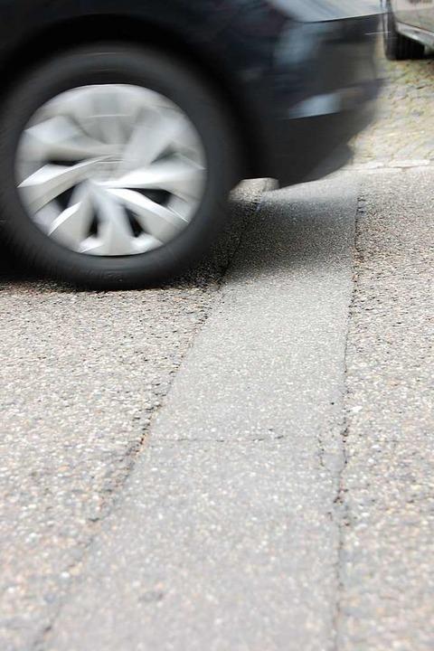 Risse auf  der Straße    Foto: Herbert Frey