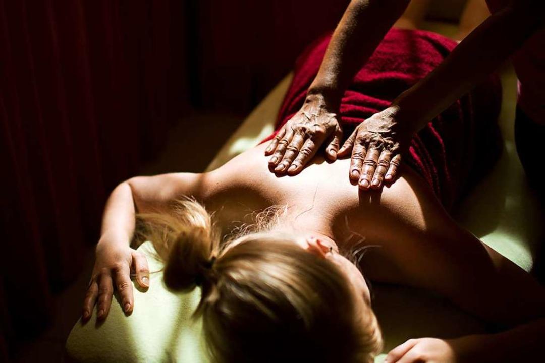 Eine Frau bei einer Massage (Symbolbild)  | Foto: dpa