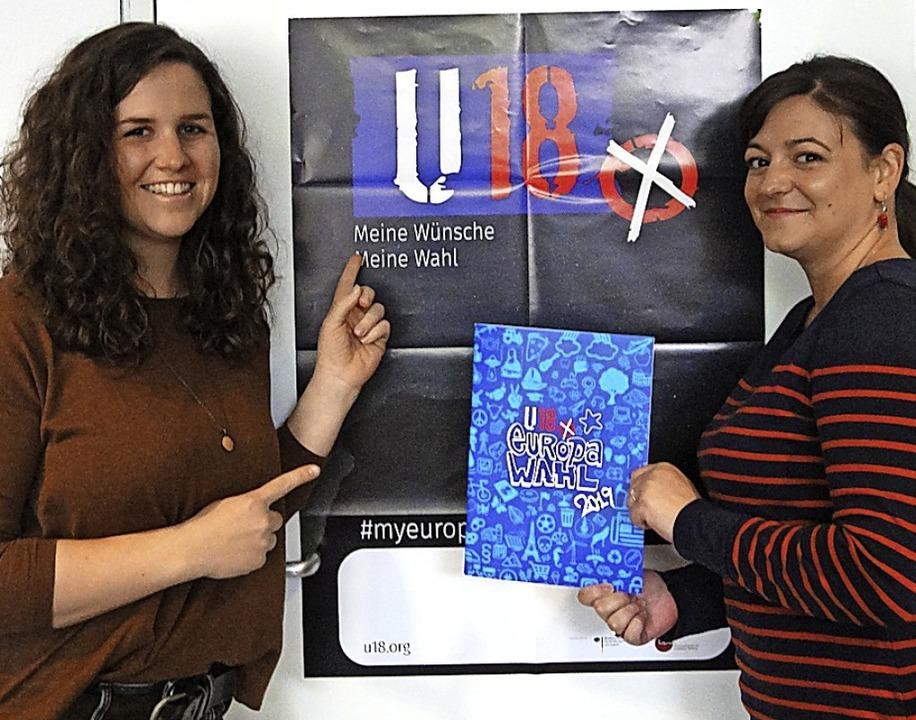 Ramona Siebert und Brigita Bornefeld organisieren die U-18-Europawahl.  | Foto: Sarah Schädler