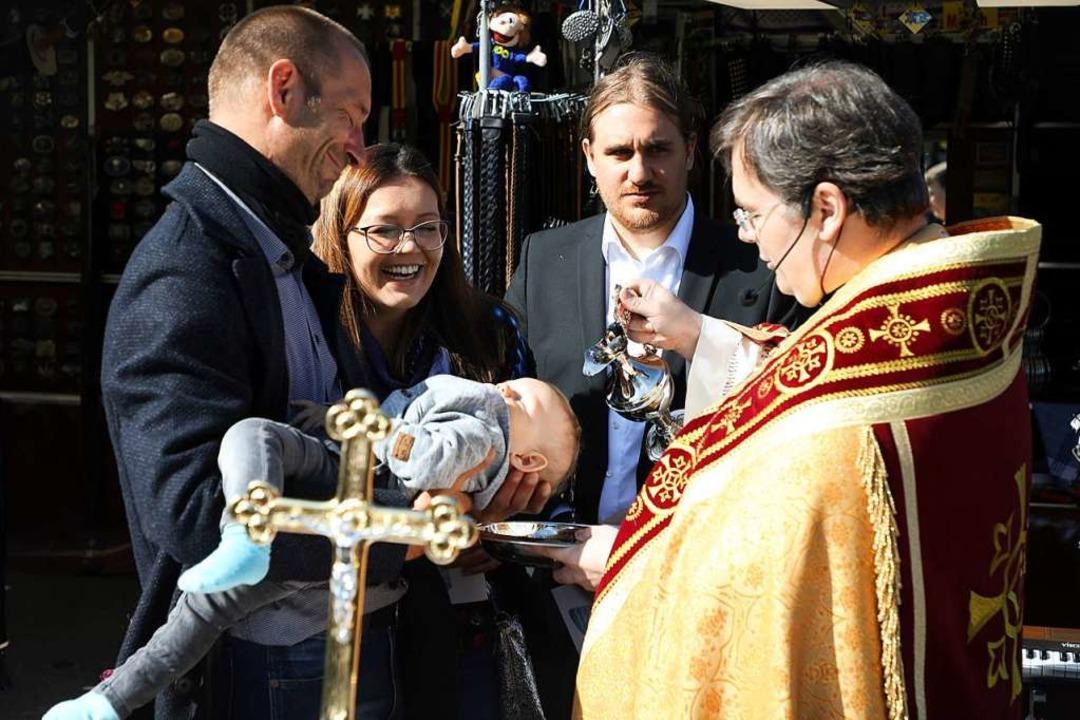 Schläft selig: Aaron bei der Taufe mit...rinna, dem Patenonkel und dem Pfarrer.  | Foto: Christoph Breithaupt