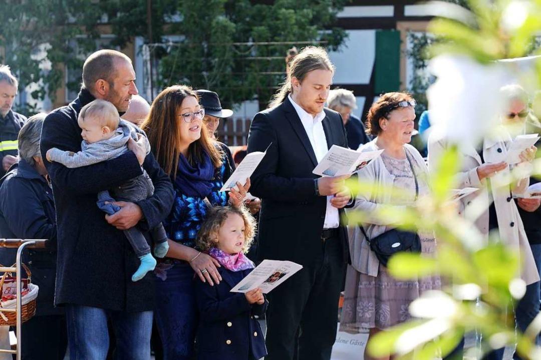 Viele Besucherinnen und Besucher verfolgten die Taufe.  | Foto: Christoph Breithaupt