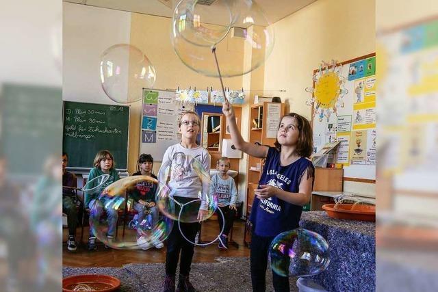 Grundschüler freuen sich auf das große Zirkus-Spektakel
