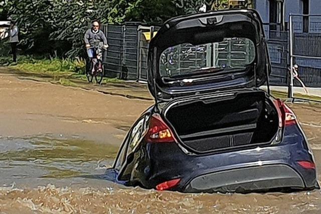 Auto versinkt in einem Loch