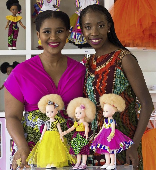 Khulile Vilakazi-Ofosu (links) und Car...ction, mit einigen ihrer Albino-Puppen  | Foto: dpa