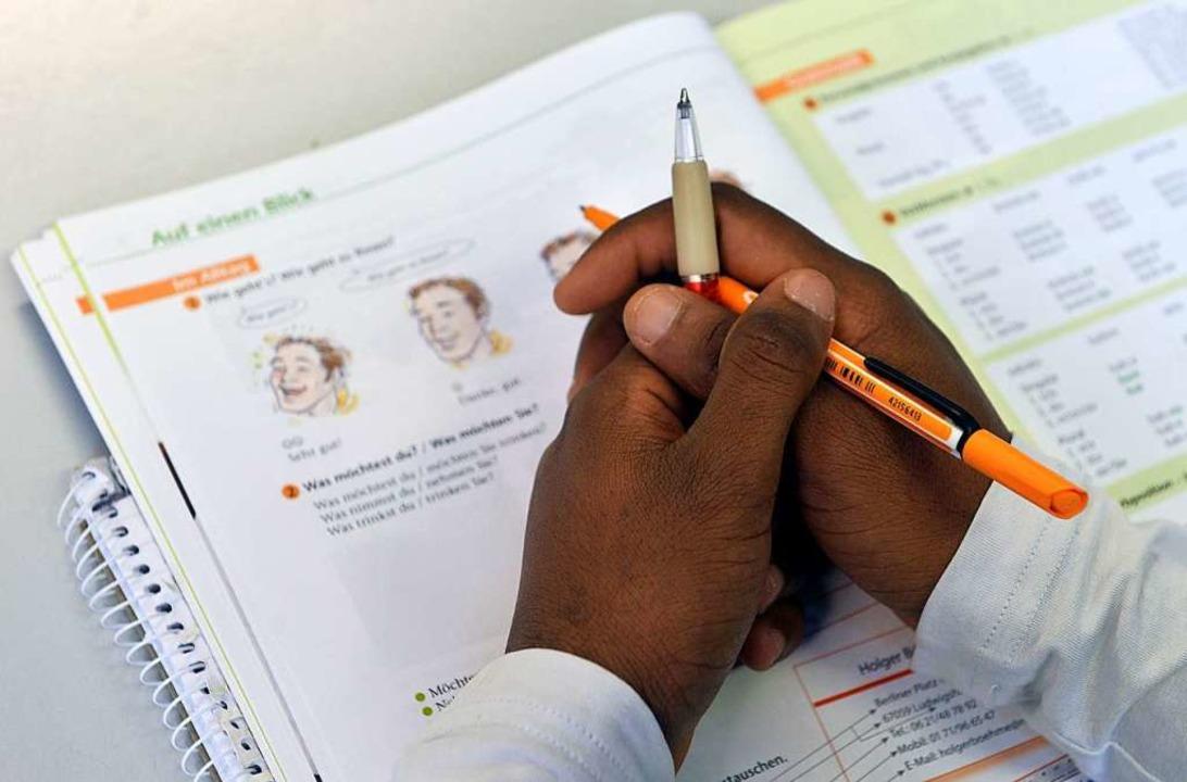 Etwa die Hälfte der Kursteilnehmer schafft  die Deutschprüfung nicht.   | Foto: Hendrik Schmidt (dpa)