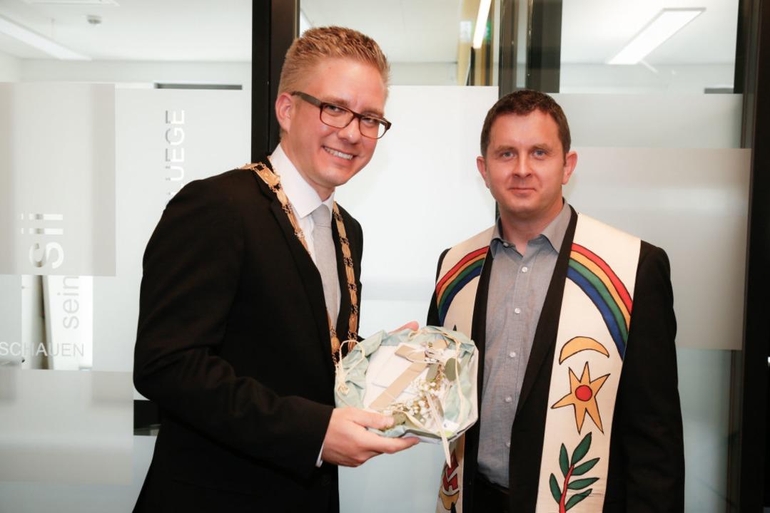 Bürgermeister Klare mit Pfarrer Michael Gartner  | Foto: Sandra Decoux-Kone