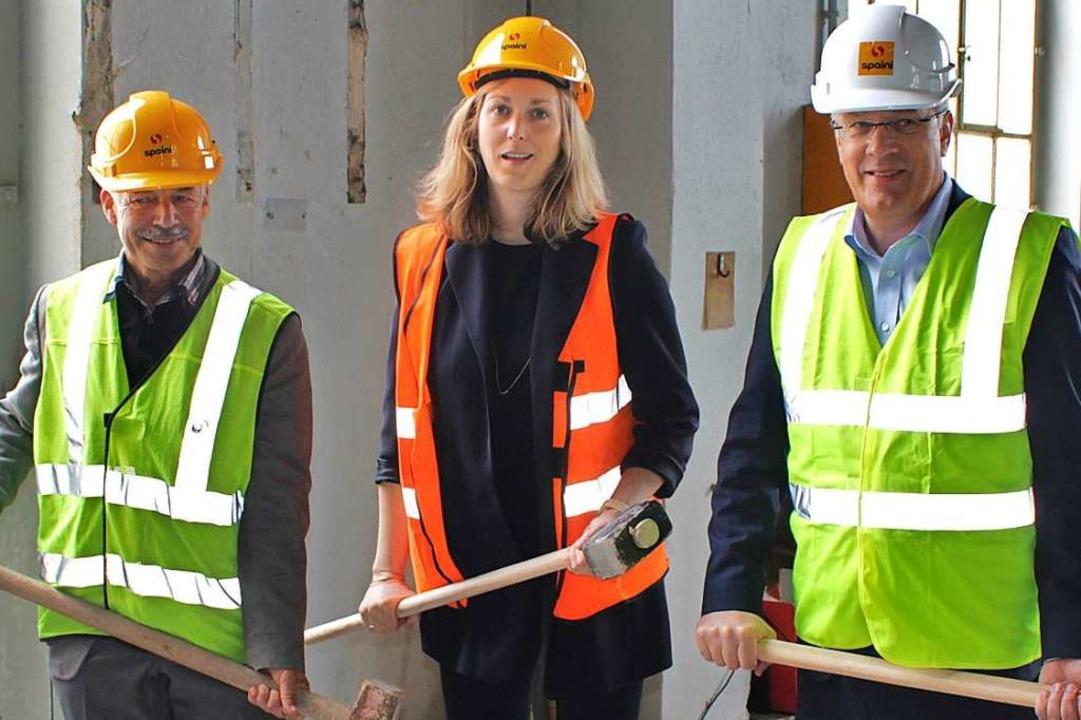 Mit großen Hämmern eröffneten Georg Vi...r symbolisch den Bau des neuen Musuem.  | Foto: Rolf Reißmann