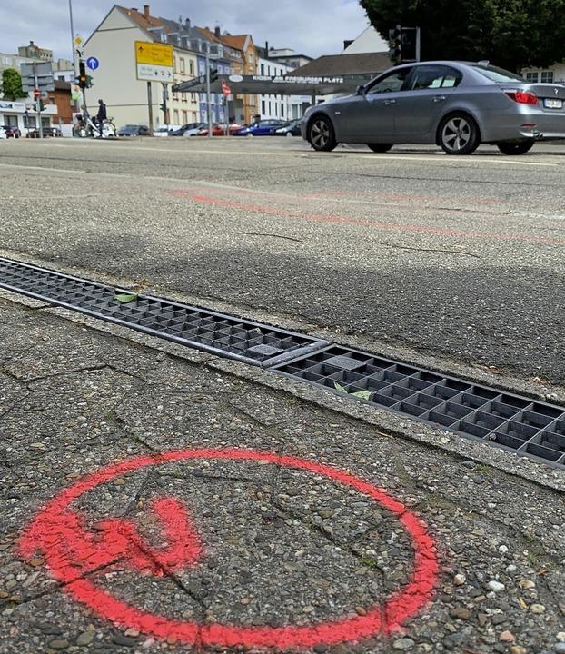 Markierungen der Polizei am  Tatort beim Freiburger Platz.  | Foto: H. Seller