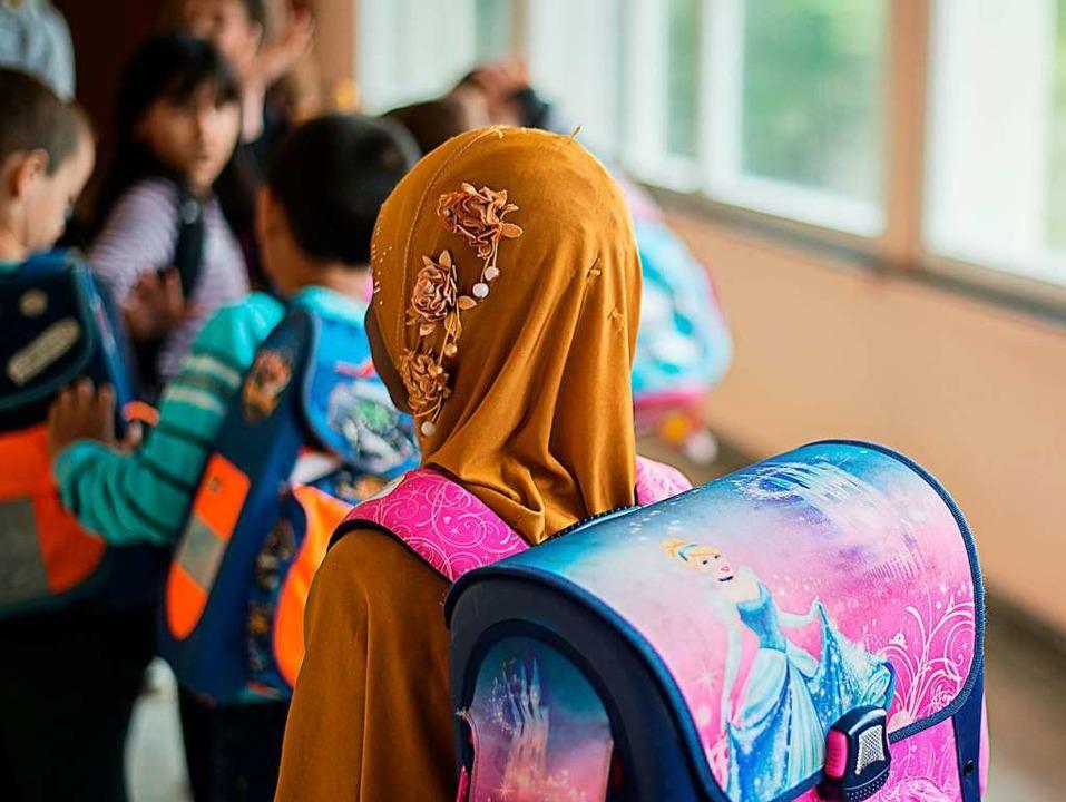 Schülerin mit Kopftuch.  | Foto: Wolfram Kastl (dpa)