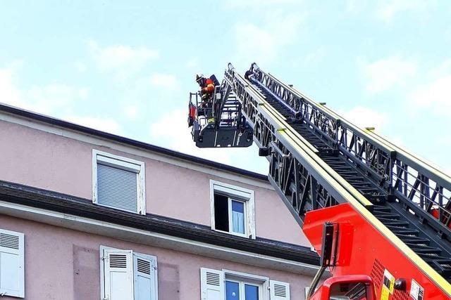 Wäschetrockner gerät in Brand, Frau verletzt sich beim Löschversuch