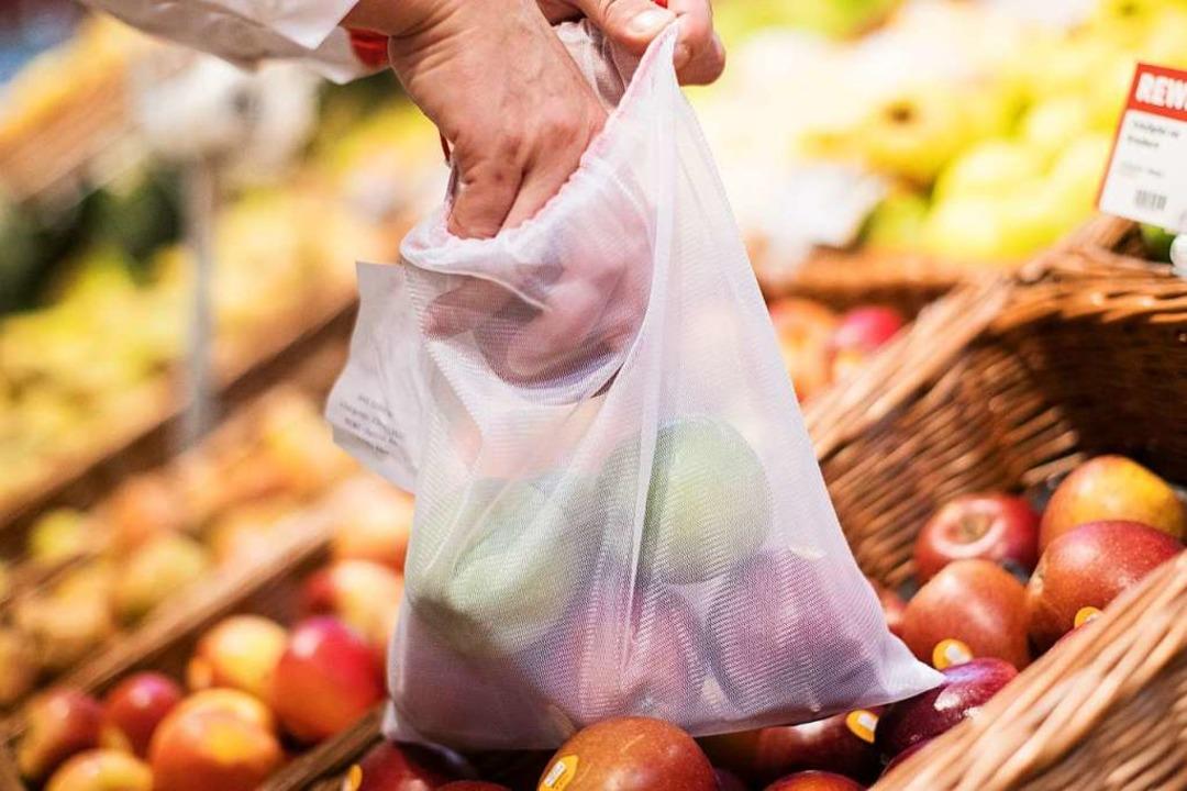 Ein Mann legt in einem Supermarkt eine...n Obst und Gemüse benutzt werden kann.  | Foto: dpa