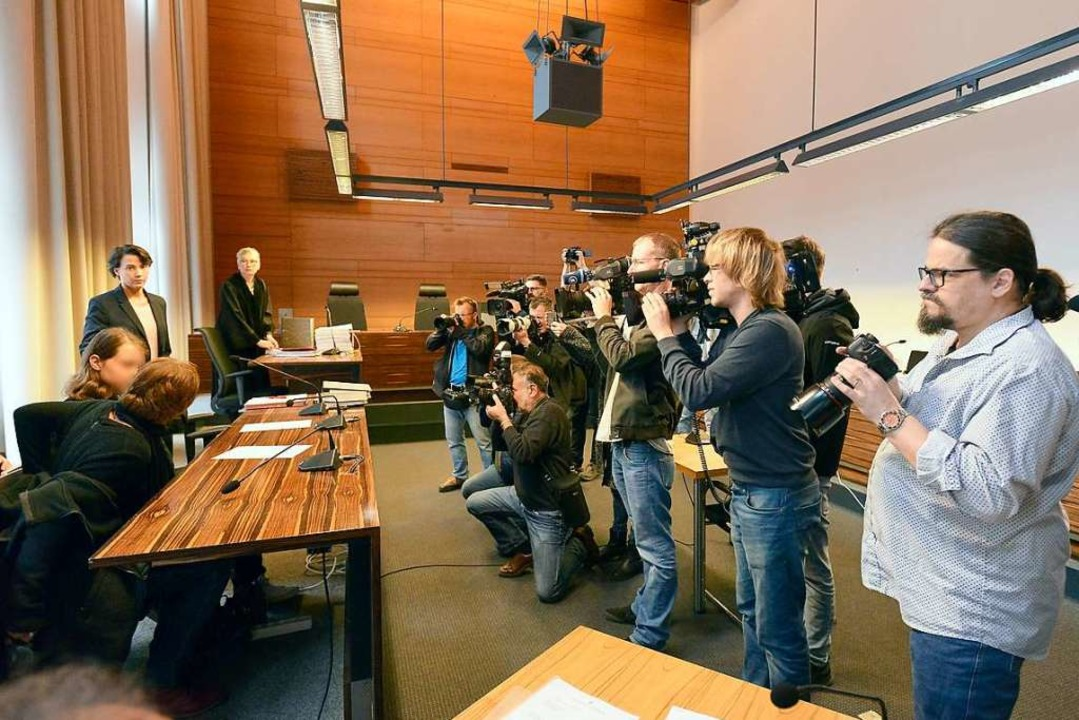 Maria H. mit Anwältin Claudia Meng und...nwältin Novak, zu Beginn des Prozesses  | Foto: Ingo Schneider